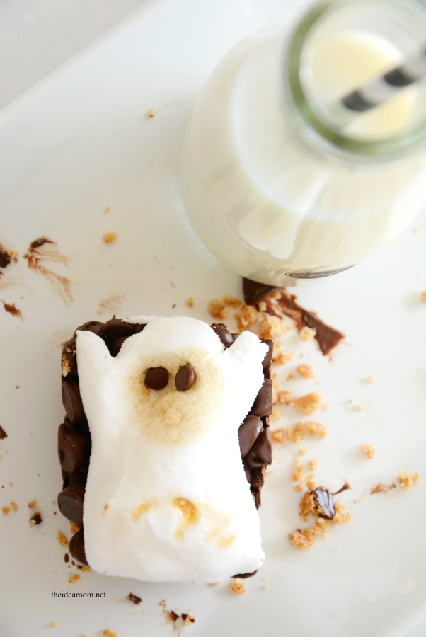 Halloween | Make some Halloween Ghost S'mores Bars. This is the perfect Halloween Food for your Halloween Party with family, classmates, or friends! FREE Printable Labels.
