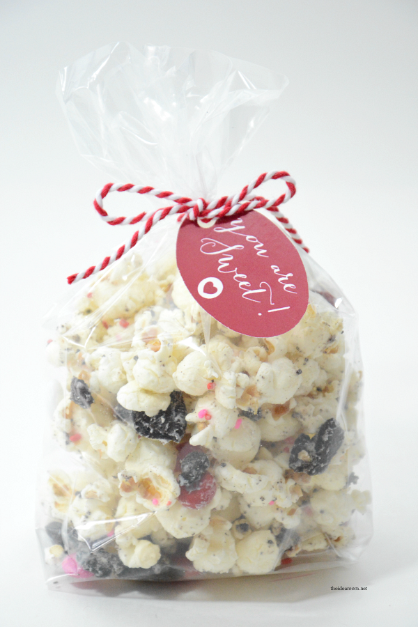 Valentine's Day | This White Chocolate Oreo Popcorn is so easy to make and tastes delicious. Great Valentine's Day Party Treat or gift idea. Video Tutorial & Free Printables.