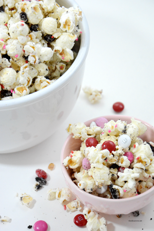 White-Chocolate-Oreo-Popcorn | This White Chocolate Oreo Popcorn is so easy to make and tastes delicious. Great Valentine's Day Party Treat or gift idea. Video Tutorial & Free Printables.