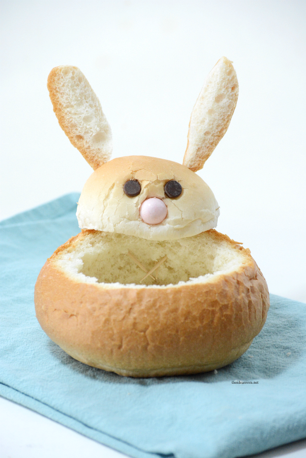 Easter Bread | Make these creative DIY Easter Bunny Bread Bowls. Perfect for your Easter Dinner and a great way to make a fun Easter Table. Step-by-step tutorial.