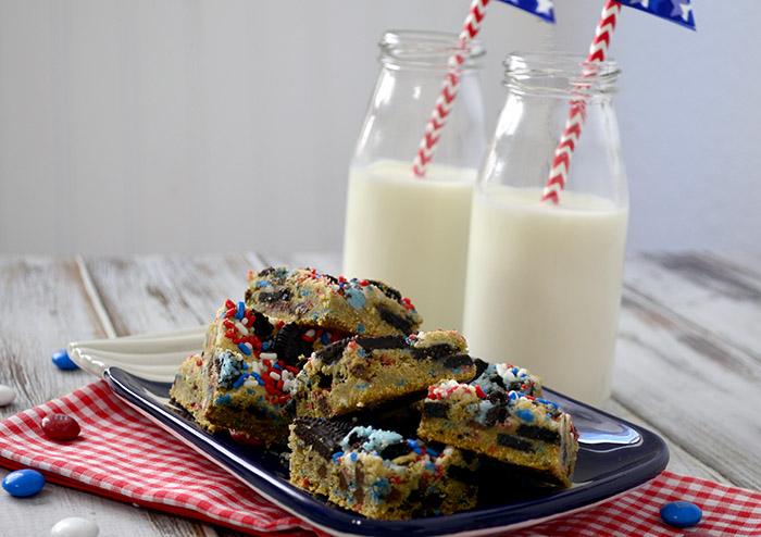 Patriotic-cookies-and-cream-blondies-2
