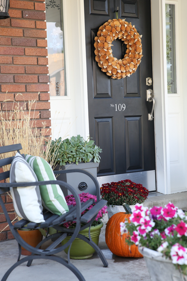 fall-porch-decor-theidearoom-net-3