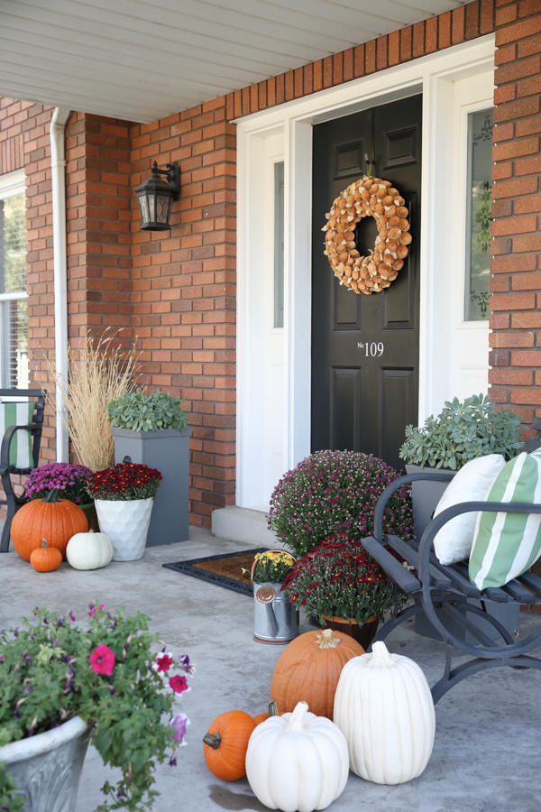 fall-porch-decor-theidearoom-net-7