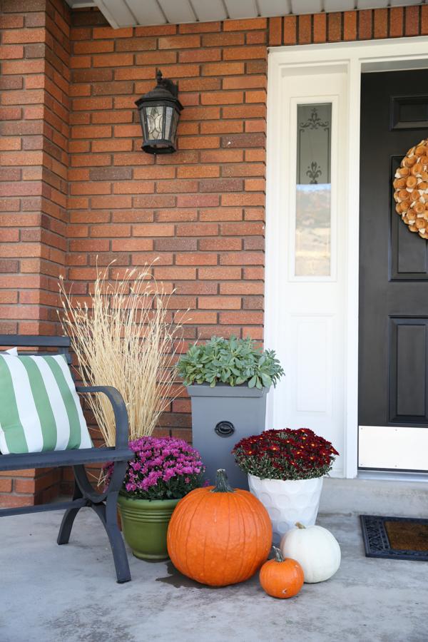fall-porch-decor-theidearoom-net-9